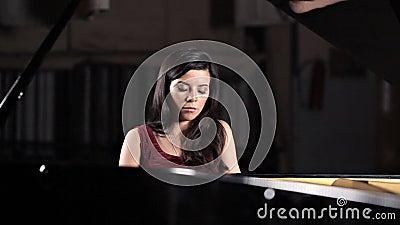 Ein junges M?dchen spielt das Klavier, Wiederholung vor dem Konzert Musik, klassisch stock video footage