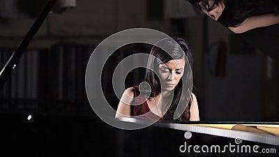 Ein junges M?dchen spielt das Klavier, Wiederholung vor dem Konzert Musik, klassisch stock video