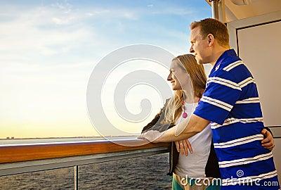 Paare, die Kreuzfahrt-Ferien genießen