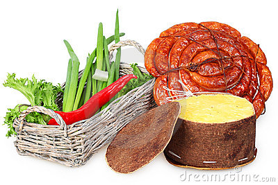 Ein Korb der Zwiebel, roter Pfeffer, Wurst, Käse