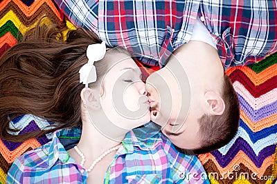 Ein Kuss auf einer Decke