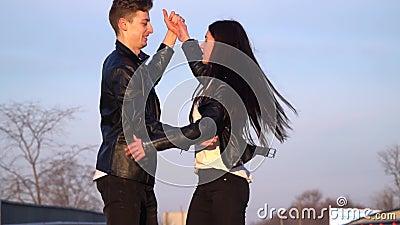 Ein liebevolles Paar tanzt und hat Spaß auf der Straße, Zeitlupe