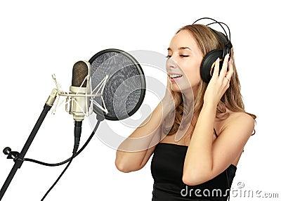 Ein mädchen singt in einem studio