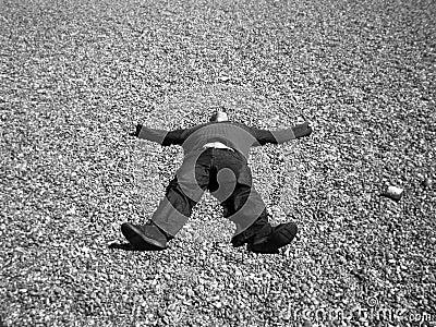 Ein Mann, der auf Steinen liegt