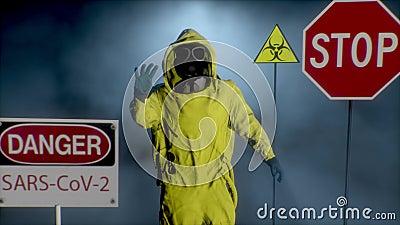 Ein Mann in einem gelben Hasmat-Anzug macht eine Stopphandgeste Coronavirus, SARS-nCOV-2, COVID-19, 2019-nCOV-Ausschreibung stock footage