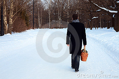 Ein Mann mit einem Korb