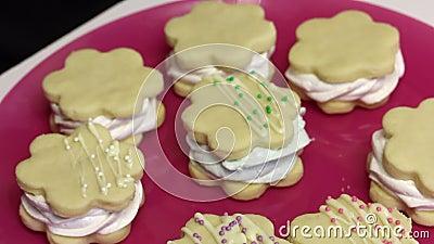 Ein Marshmallow-Sandwich machen Die Blanken liegen auf einem Teller mit Schokolade und dekorativen Sprinklen Nahaufnahme stock video footage