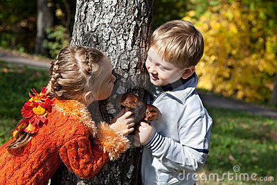 Ein Mädchen und ein Junge spielen Verstecken