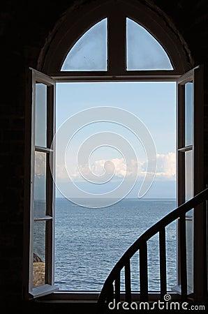 Offenes fenster himmel  Ein Offenes Fenster Zum Ozean Und Zum Himmel Heraus Schauen ...