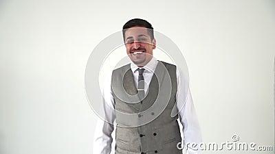 Ein Orientalisch in Bürokleidung nickt wohlwollend und lächelt fröhlich stock footage
