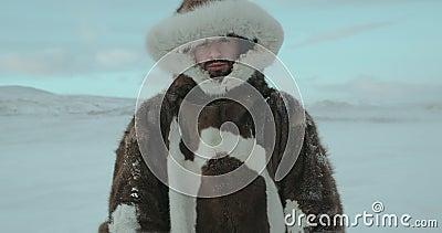 Ein Porträt des jungen Reisenden in arktischer Expedition 2016 Junge hebt seinen Kopf und untersucht die Kamera Geschossen auf ro stock footage