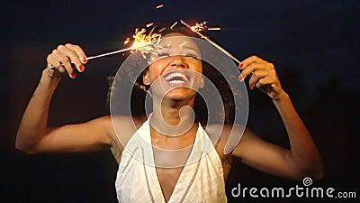 Ein schönes junge Frauen-lächelndes Feiern mit Wunderkerze nachts in der Zeitlupe stock video