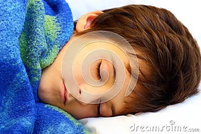 Ein schlafender Junge
