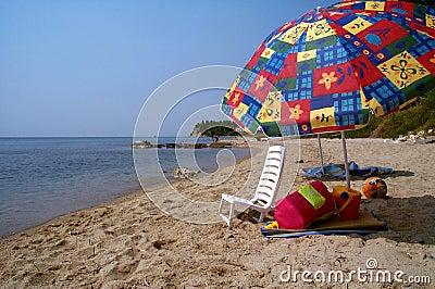 Ein Sonnenbad nehmender Stuhl und der verlorene Sommer