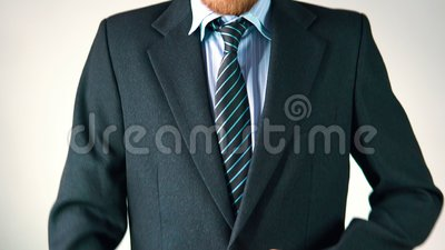 Ein stilvoller Mann kleidet einen Anzug, richtet eine Bindung und eine Jacke gerade schaut elegant stock video