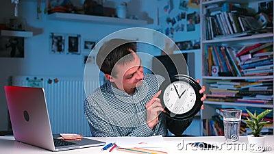 Ein Versicherungsvertreter zeigt, wie schnell die Zeit geht stock footage