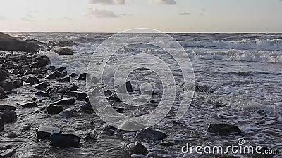 Ein wunderbarer Sonnenuntergang über dem Strand stock footage