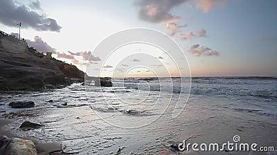 Ein wunderbarer Sonnenuntergang über dem Strand stock video footage