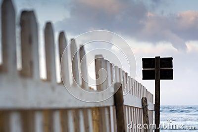 Ein Zaun in der Dämmerung