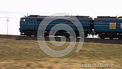 Ein Zug auf einer Wüste stock video footage
