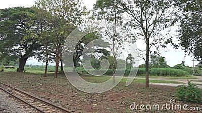 Ein Zug zu Bahnhof Nam Tok-Blätter Tha Kilen von Thailändisch-Birma-Eisenbahn stock video