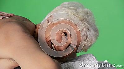 Eine alte Dame, die am Badekurortsalon liegt. stock video