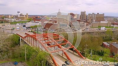 Eine Brücke trägt Verkehr über dem Mahoning-Fluss in und aus Youngstown Ohio heraus stock video