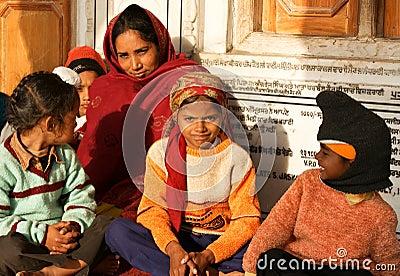 Eine Frau mit ihren Kindern in Amritsar, Indien Redaktionelles Stockbild