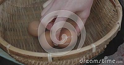 Eine Frau wählt ein 65 Grad Ei aus dem Eierkorb aus, das sie in heißem Quellwasser außerhalb von ryokan in Japan verkaufen kann stock video footage
