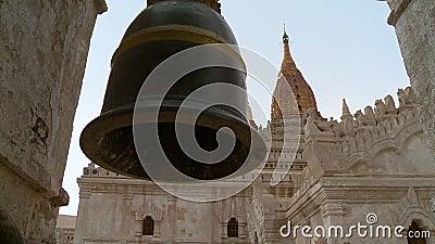 Eine große Glocke in einem Tempel stock video