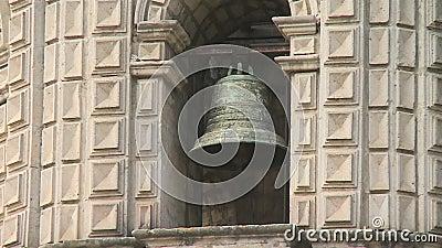 Eine große Glocke gehangen zu einer Metallstange stock footage
