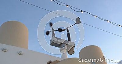 Eine kleine Antenne am Mast des Schiffes Windmessung Anemometer Abschließen stock footage
