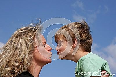 Gibt ihrem Sohn eine Prostatamassage