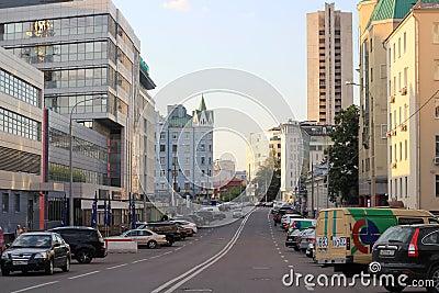 Eine Moskau-Straße im Sommer mit vielen Gebäuden und Parkautos Redaktionelles Stockfotografie