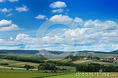 Eine szenische Ansicht eines gemütlichen Dorfs unter den Hügeln