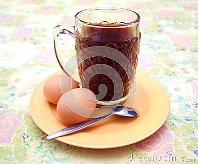 Einfaches Frühstück des Kaffees und der Eier