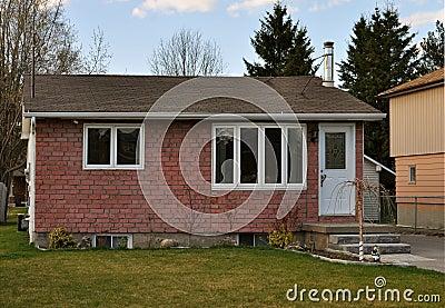 einfaches kleines haus lizenzfreie stockfotografie bild 13955417. Black Bedroom Furniture Sets. Home Design Ideas