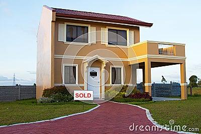 Einfamilien- gelb-orangees Verkaufshaus
