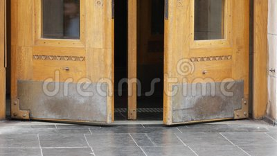 Eingang zur Metrostation Massive Holztüren mit Messingeinsätzen öffnen sich stock video footage