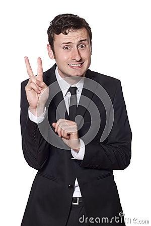 Eingeschüchterter Geschäftsmann, der das Friedenszeichen zeigt