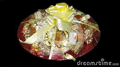 eingewickelte bonbons mit n ssen s igkeiten geschenk stockfoto bild 48989450. Black Bedroom Furniture Sets. Home Design Ideas