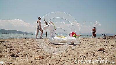 Einhornschwimmenrohr aufblasbar Fantasie-Schwimmen-Ring f?r Sommer-Pool-Reise Sand stock footage