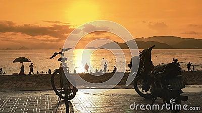 Einige Motorräder stehen im Parkplatz auf dem Damm von Nha Trang vietnam Abendzeit und -sonnenuntergang stock footage