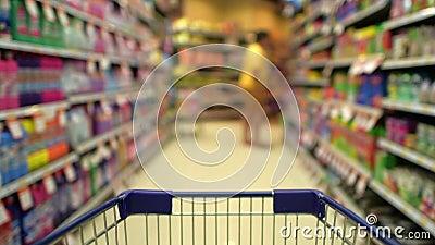 Einkaufsmanie im Markt stock footage