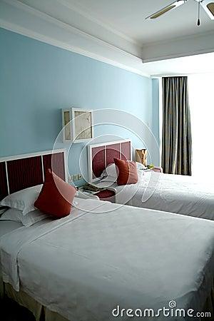 Einzelnes Bett zwei in einem Schlafzimmer