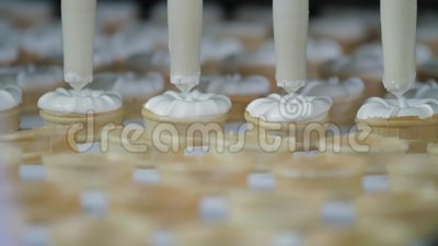 Eiscreme in einem Kegel Füllung von Waferbechern mit Eis Eiscremeproduktion Vanilla-Eis stock video footage