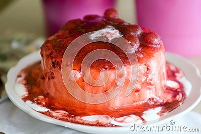 Eiscreme gegossen mit süßer Kirschmarmelade