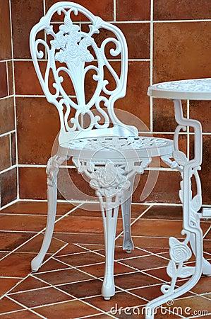 Eisentabelle und -stuhl beim Schnitzen