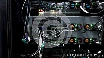 Eje de la conexión de la red de Ethernet El centelleo se enciende en un cuarto oscuro del servidor, opinión del primer de los cab almacen de metraje de vídeo