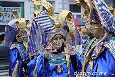 Ejecutantes de la calle del carnaval en Maastricht Imagen editorial